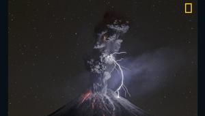 البرق يضرب بركاناً ثائراً..كيف التقطت هذه الصورة؟