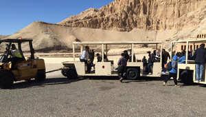 """عربة حمل الزائرين يقطرها """"ونش"""" لتحميل البضائع في مدينة الأقصر - أرسلها أحمد الغنيمي"""
