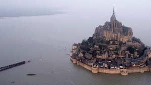 شاهدوا كيف حوصرت قلعة في فرنسا بسبب مد هائل