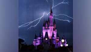 العاصفة التي ضربت منتزه ديزني في بحيرة بوينا فيستا بولاية فلوريدا، أخرت عرض الألعاب النارية لاحتفالات عيد استقلال الرابع من يوليو/تموز.