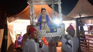 فتاة مغربية في عمر الزهور تحتفل بأول صيام لها فوق العمارية
