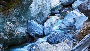 لونها أزرق داكن..هل تعرف أين تقع هذه الجبال الرخامية؟