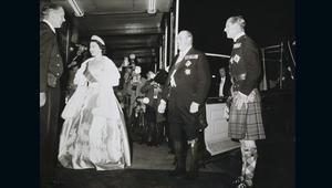 اختلس النظر داخل خزانة ثياب الملكة إليزابيث