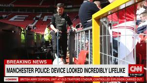 خبراء المفرقعات ببريطانيا يفجرون طردا مشبوها بعد إلغاء مباراة المان يونايتد وبورنموث
