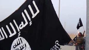 عناصر من داعش ترفع راية التنظيم السوداء