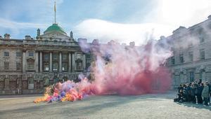 كيف يرتبط الدخان بالآراء السياسية بعيون هذا الفنان؟