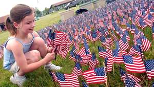 طفلة أمريكية تزرع الأعلام في ذكرى ضحايا حرب فيتنام