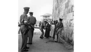 جنود بريطانيون يفتشون مواطنين عرب خلال وقت حظر التجوال في القدس