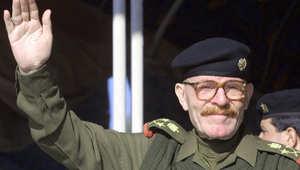 عزة إبراهيم يؤدي التحية العسكرية في عرض عسكري في ديالا، 7 يناير/ كانون الثاني 2003