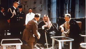 الملك السعودي عبدالعزيز بن سعود مع الرئيس الأمريكي فرانكلين روزفلت، على من سفينة حربة أمريكية ، 20 فبراير/ شباط 1945