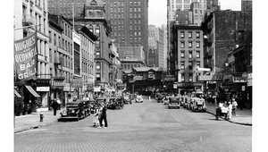 شارع  كورتلاند في نيويورك عام 1930 في المنطقة التي كانت تعرف باسم داريو رو والتي تتركز فيها محلات الراديو والالكترونيات وتمت إزالتها عام 1966 لإفساح المجال لبناء برجي مركز التجارة العالمي