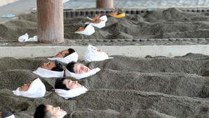 لماذا يدفن اليابانيون أنفسهم في الرمال وهم أحياء؟