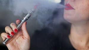 بالصور.. السجائر الإلكترونية.. هل تساعد المدخنين على التخلص من العادة؟ أم تعمل على خلق إدمان جديد؟