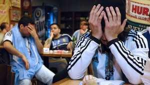خيبة الأمل بدت واضحة على وجوه مشجعي المنتخب الأرجنتيني بعد خسارته أمام تشيلي.