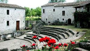 إيطاليا كما لم تعهدها من قبل..حتى بالبطاقات التذكارية