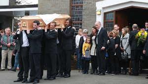 الممثل جيم كاري يحمل نعش صديقته السابقة في جنازتها
