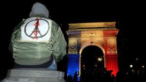 رمز يدمج بين برج إيفل وعلامة السلام..بعد هجمات باريس الارهابية