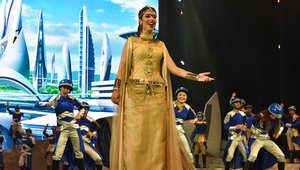 """بلقيس تؤدي إحدى الأغنيات في مسرحية """"الفارس""""."""