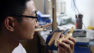 """نحاتو العاج الصينيون يتمسكون بفنهم """"المثير للجدل"""""""