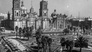 الميدان الرئيسي في مدينة المكسيك والكاتدرائية تظهر في خلفية الصورة