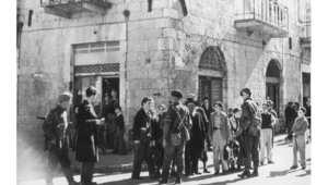 جنود بريطانيون يستجوبون مجموعة من طلبة المدارس في أحد شوارع القدس، بعد أن طلبت المقوضة العليا البريطانية من النساء والأطفال والمدنيين مغادرة القدس بسبب تزايد أعمال العنف 1فبراير/ شباط 1947