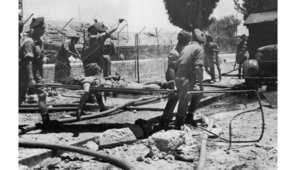 جنود بريطانيون زميلهم المصاب من بين أنقاض فندق الملك داود الذي تم تفجيره من قبل إرهابيين من جماعة أرعون، 26 يوليو/ تموز 1946