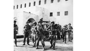 جنود إسرائيليون خارج مبنى الأمم المتحدة في القدس، بعد السيطرة على المدينة من الأردن في حرب الأيام الستة، 8 يونيو/ حزيران 1967