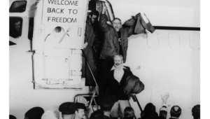 الرهائن الأمريكيون يغادرون الطائرة التي أعادتهم إلى الولايات المتحدة بعد 444 يوم من احتجازهم في السفارة الأمريكية بطهران 1981