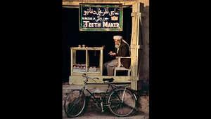 صانع أسنان أفغاني يجلس في متجر في قندهار، 1998