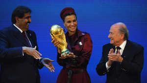 الشيخة موزة بنت ناصر تتوسط جوزيف بلاتر، رئيس الاتحاد الدولي لكرة القدم المستقيل، والشيخ حمد بن خليفة آل ثاني، حاملة كأس العالم بعد فوز قطر باستضافة نهائيات كأس العالم 2022.