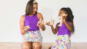 أمهات يصممن ملابس خاصة لبناتهن بعد أن سئمن من تصاميم المتاجر