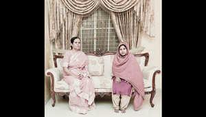 غالبا ما جلست الخادمة على الأرض بدلا من على الأريكة ذاتها التي جلست عليها صاحبة المنزل.