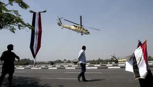 امرأة مصرية تلوح لطائرة الرئيس عبدالفتاح السيسي