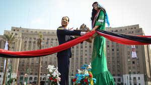 صورة تشبيهية للرئيس عبد الفتاح السيسي الى جانب أخرى لعارضة أزياء تمثل مصر في ميدان التحرير بالقاهرة
