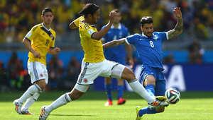 أبل أغويلار من كولومبيا وباناغويتيس كون من اليونان خلال مباراة فازت بها كولومبيا بثلاثة أهداف مقابل لا شيء.