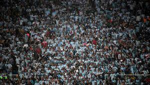 الجمهور في الملعب.
