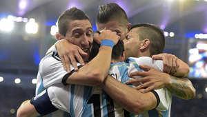 الفريق الأرجنتيني يحتفل.