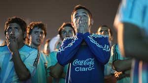 مشجعون أرجنتينيون يشاهدون آخر لحظات المباراة.