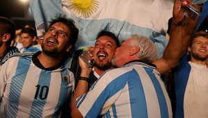 مشجعو الأرجنتين يحتفلون بفوز فريقهم ضد البوسنةوالهرسك.