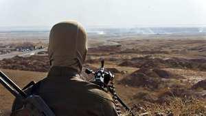 مقاتل من البيشمرغة الكردية، يراقب المواقع التابعة لداعش في جلولاء بمحافظة ديالى العراقية 14 يونيو/ حزيران 2014
