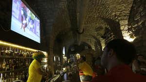 لبنانيون يتابعون مباراة أثناء كأس العالم بين البرازيل والمكسيك في حانة في جبيل