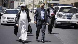 رئيس جمعية الوفاق البحرينية خليل مرزوق (يسار) لدى وصوله إلى المحكمة بصحبة شخصيات من المعارضة البحرينية 25 يونيو/ حزيران 2014