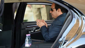 الرئيس المصري عبد الفتاح السيسي في السيارة أثناء مغادرته المطار في الجزائر