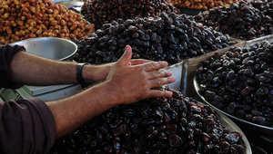 بائع تمر في باكستان يجهز محله قبل بدء رمضان.