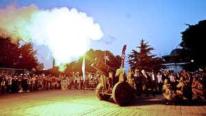 جنود تركيا يضربون مدفع الافطار في أول يوم رمضان باسطنبول.