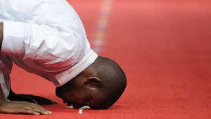 رجل يقيم الصلاة في مسجد السلام بفرنسا.
