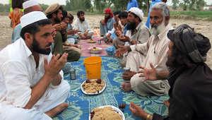 مدنيون في باكستان مشردون داخل البلاد هربوا من عملية عسكرية ضد طالبان في شمال وزيرستان خلال موعد الإفطار.