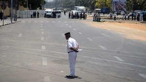 """ومن جانبها، أوردت صحيفة """"الأهرام"""" الرسمية عن مصدر أمني أن قنبلة انفجرت أثناء محاولة إبطالها ما أدى لمقتل أحد خبراء المفرقعات بالإدارة العامة للحماية المدنية بالقاهرة."""