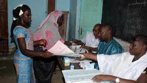 نساء محجبات تصوت في مركز اقتراع في نواكشوط