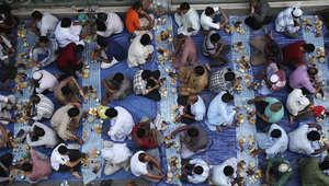 صائمون يتناولون طعام الإفطار غروب الشمس في دبي بدولة الإمارات.